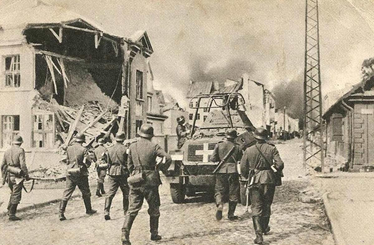 Żołnierze niemieccy wkraczają do Sochaczewa w 1939r.